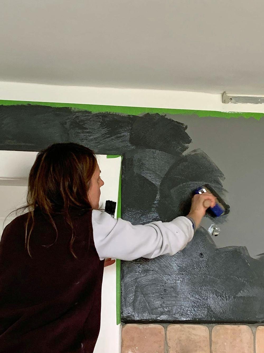 kreuz und quer streichen beim Wände streichen mit Pinsel