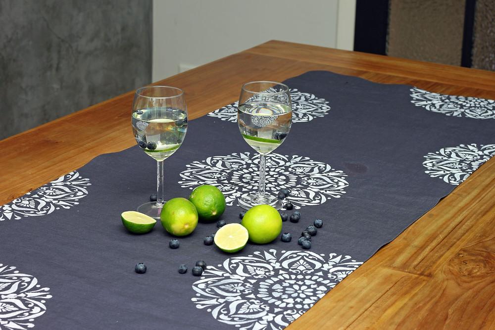 Tischläufer mit Fusion Mineral Paint und Schablone