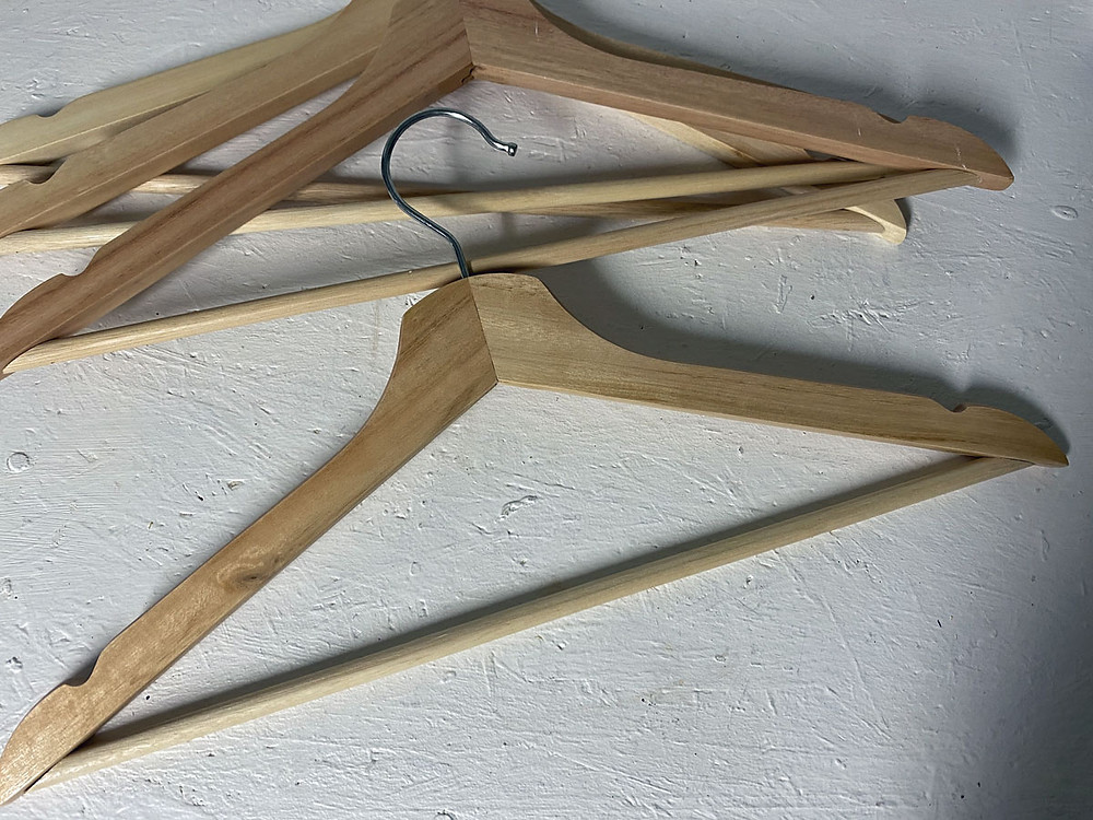 Ikea Hack: Kleiderbügel mit Farbe und Schablone im shabby chic