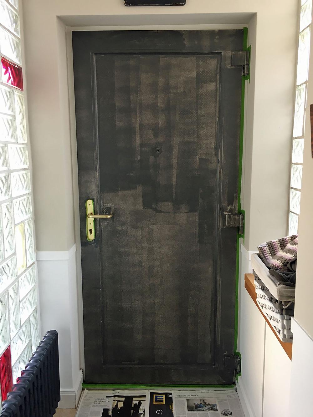 Haustür streichen erster Anstrich mit Kreidefarbe