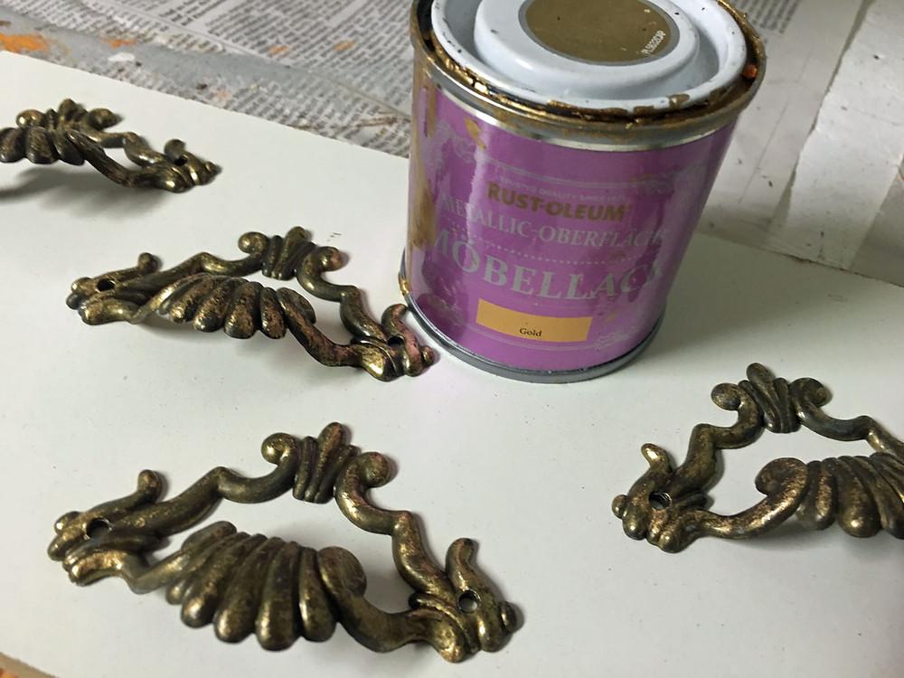 Möbelgriff streichen mit Kreidefarbe von Rustoleum