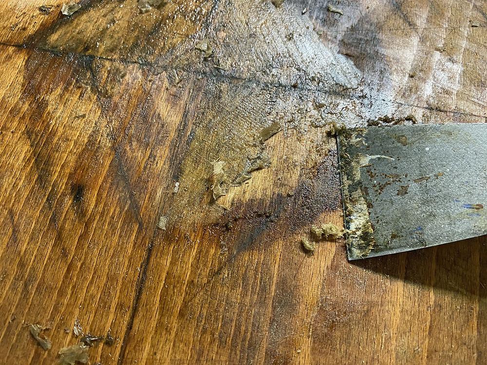 Möbel aufarbeiten: WD 40 für Klebereste