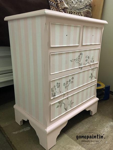 Möbel streichen mit Streifen und Kreidefarbe
