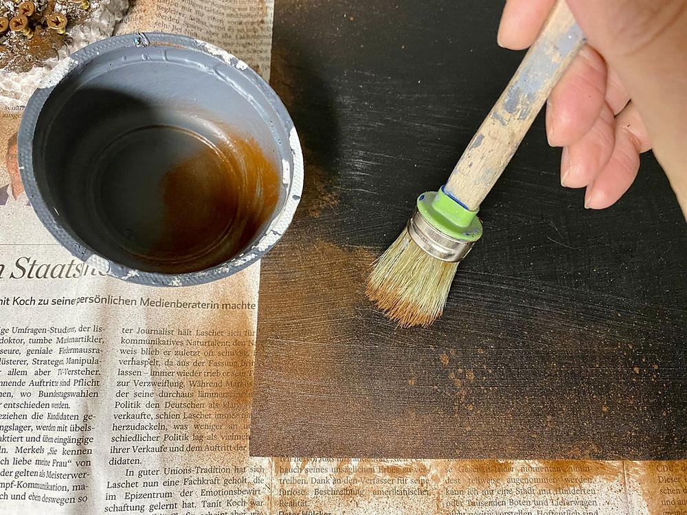 Einlegeboden streichen und rosten lassen