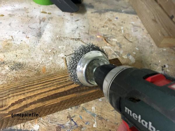 Holz altern lassen für DIY Lampenaufhängung