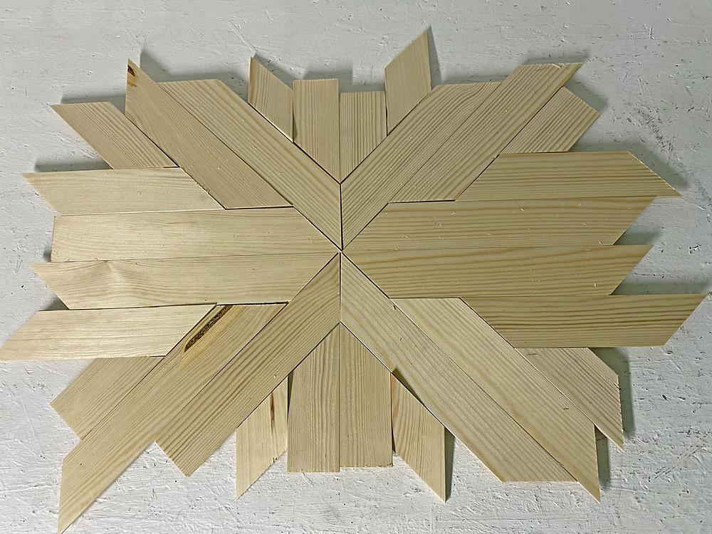 rustikales Holztablett mit verschieden farbigem Grund