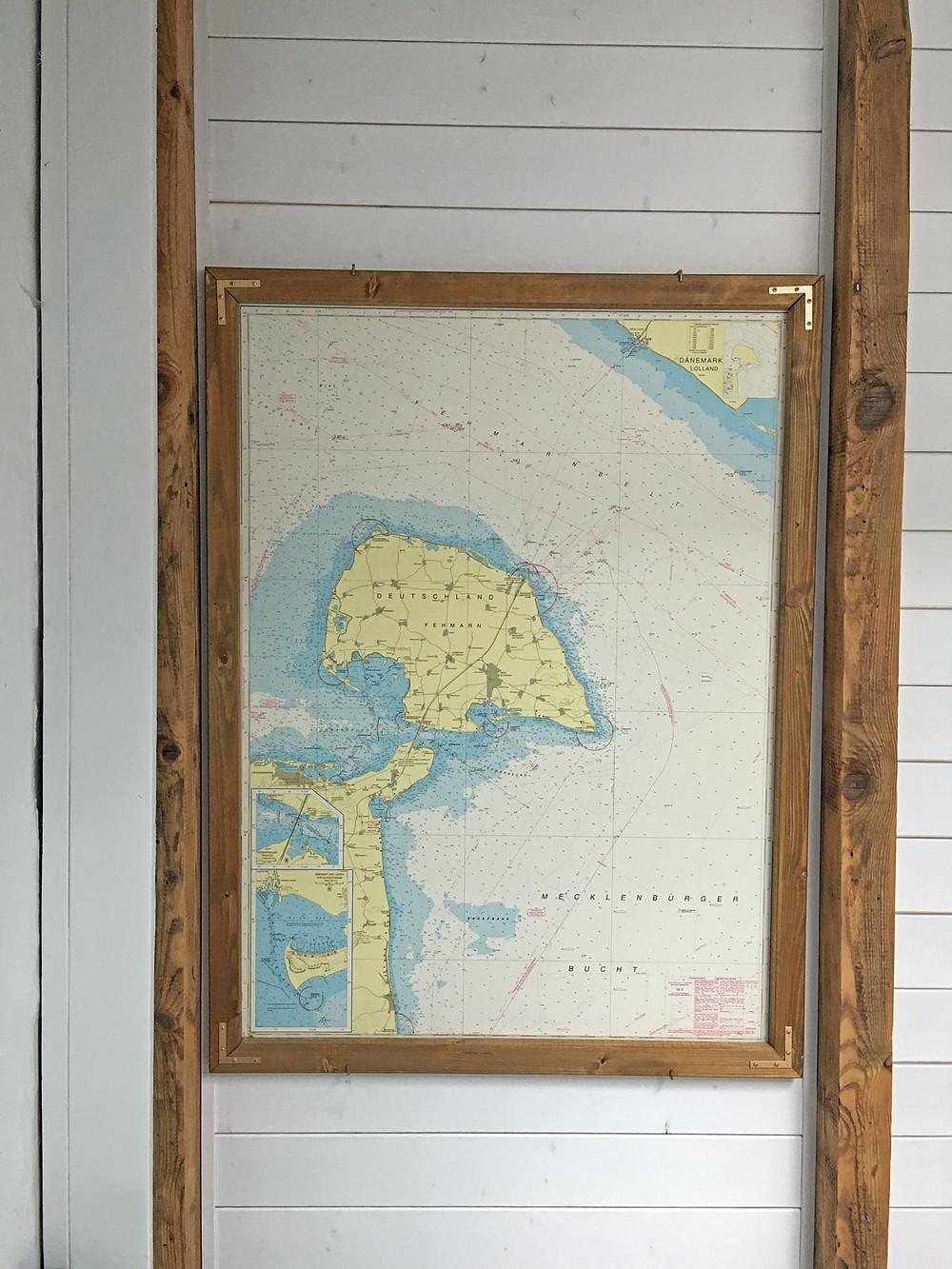 maritime Wanddekoration mit Holz und Kreidefarbe