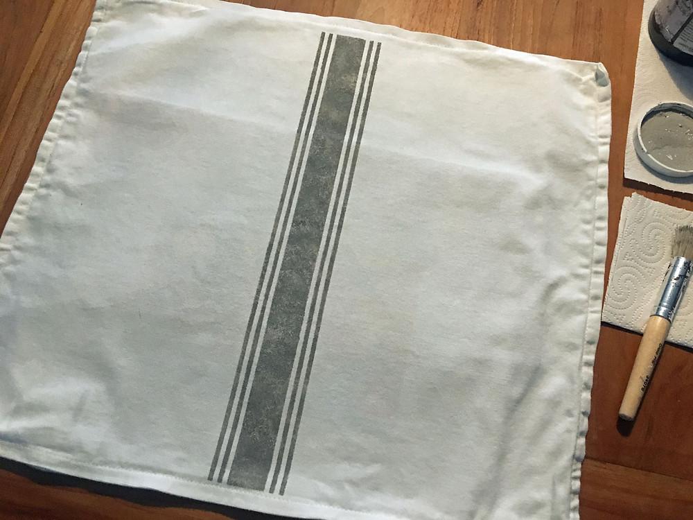 DIY Kissenhülle mit Schablone verzieren