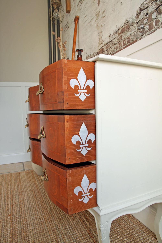 Möbelupcycling mit Farbe und Schablone
