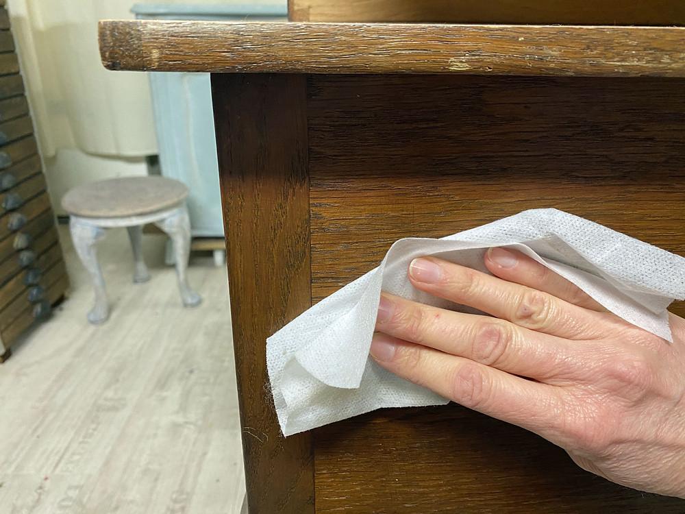 Möbelstück reinigen vor dem Streichen