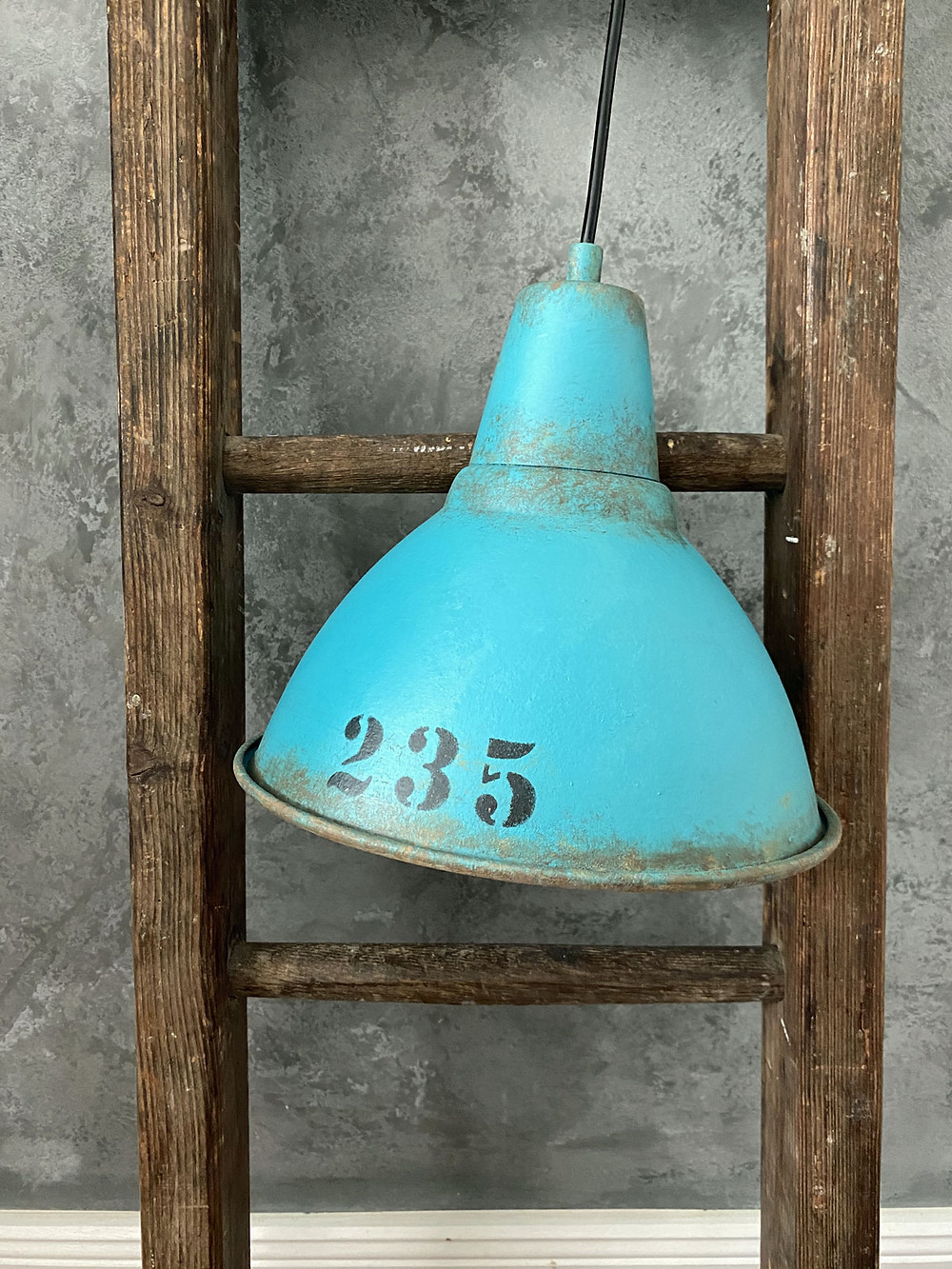 Lampe selber streichen für den industrial stil