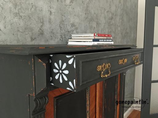Antiker Schrank mit Milk Paint und Schablone