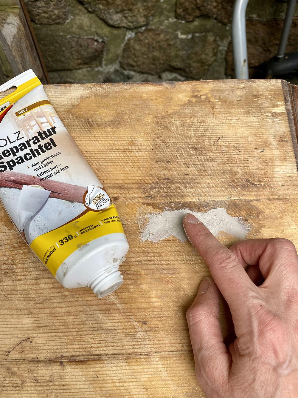 Ausbesserungsarbeiten mit Holzspachtel