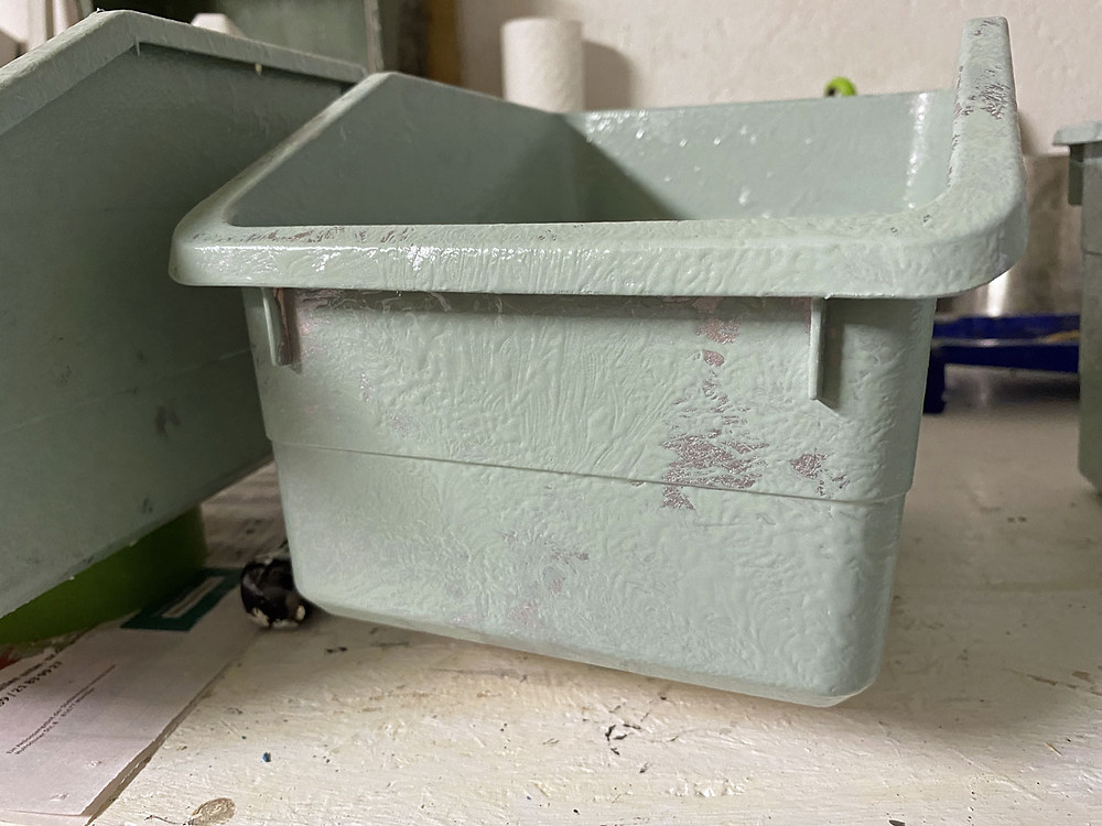 industrial style Plastikkiste mit Kreidefarbe