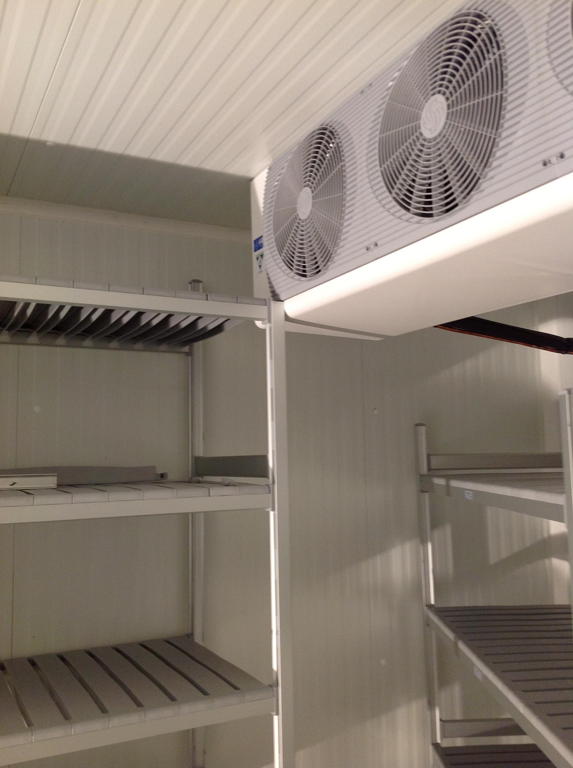 Dettaglio scaffalature ed evaporatore interni alla cella