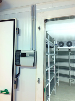 Dettaglio quadretto,porta e scaffali 2