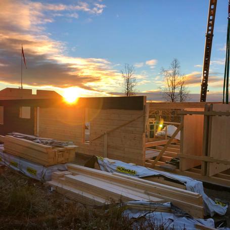 Tømmerhus i solnedgang (lillehammer)