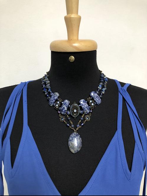 Colar bijouteria em pedras azuis