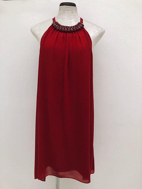 Vestido vermelho divo com detalhe de pedrarias na gola