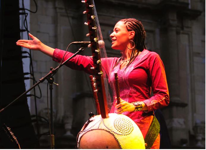 Sonah Jobarteh, joueuse de Kora, sur Kelen, promotion de l'art africain