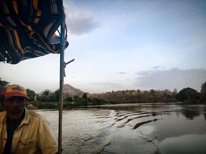 ナイル川を舟で移動