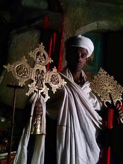 司祭が十字架や12世紀の聖書を見せてくださる