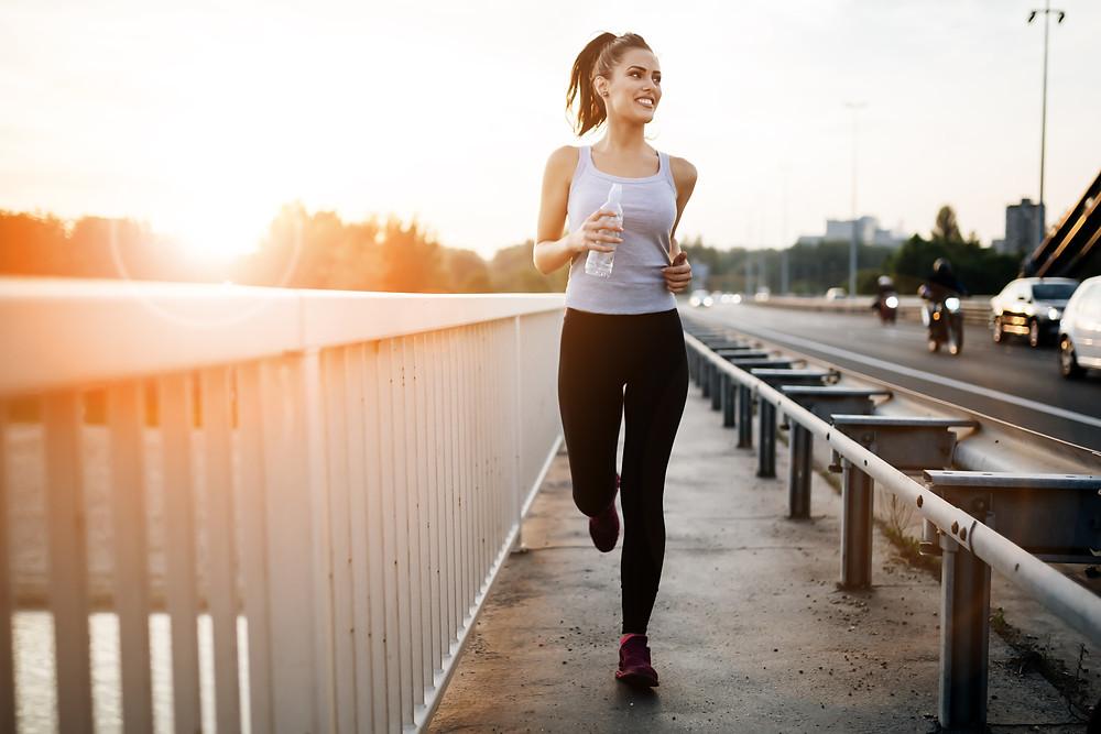 Frau joggt auf der Brücke