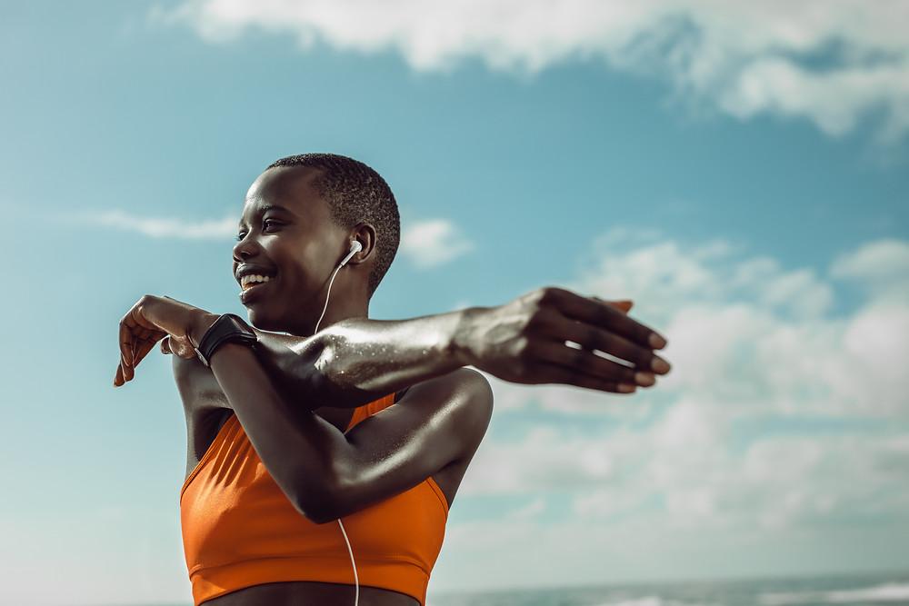 Eine Frau macht Sport draußen