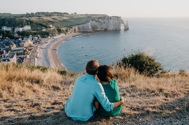 falaises etretat couple