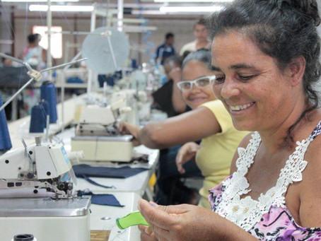 Fábrica de bonés: produção em alta no sertão