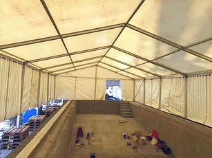 Baustellenzelt, Poolzelt, Zelt auf einer Baustelle über einen Pool im Umbau gebaut.