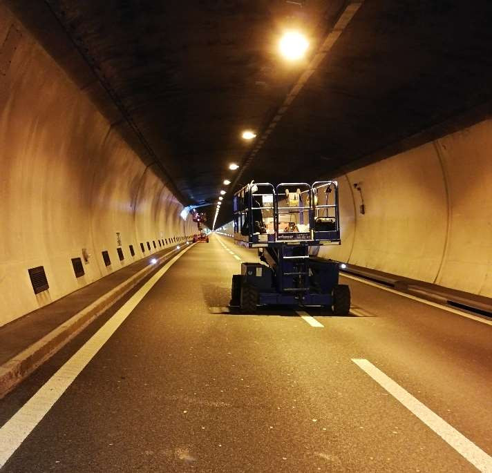 Hebebühne im Tunnel für Arbeit an der Deckenbeleuchtung Sivex GmbH