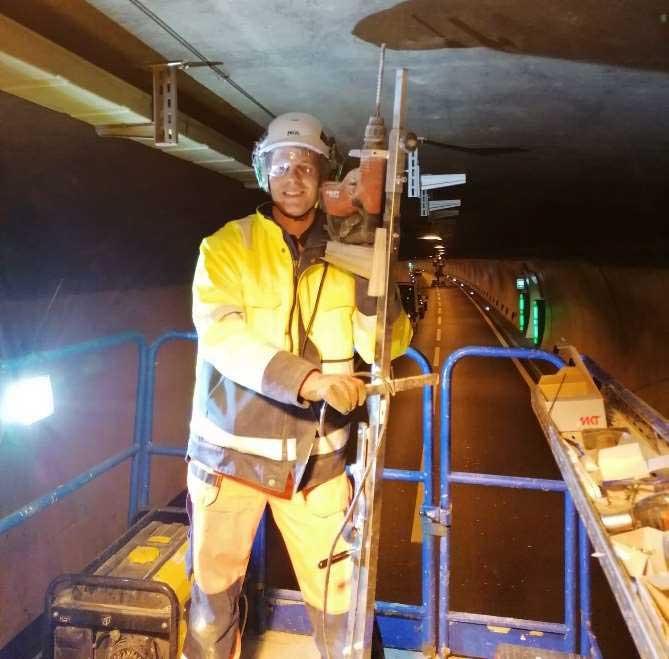 Luca auf der Hebebühne bei der Sivex GmbH im Tunnel