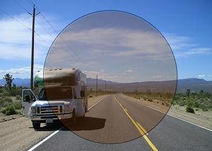 Imatge simulada de la visió amb una lent fotocromàtica mig activada