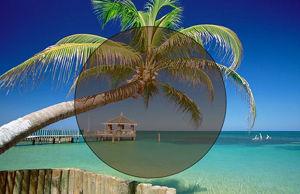 Imatge simulada d´una lent fotocromàtica enfosquida a la platja