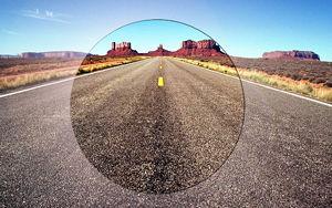 Imatge simulada de la visió a una carretera del desert amb una lent polaritzada amb filtre de llum difosa