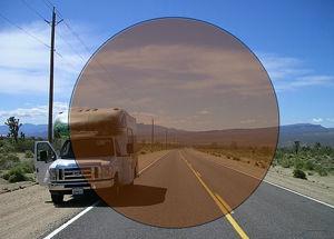 Imatge simulada de la visió amb una lent fotocromàtica enfosquida
