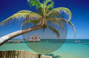 Imatge simulada d´una lent fotocromàtica mig activada a la platja