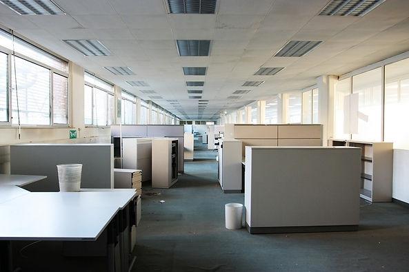 Zugemülltes Großraumbüro