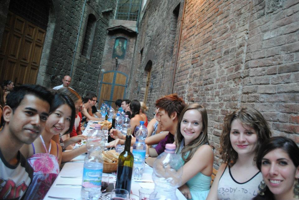 dinner-italy-friends-siena