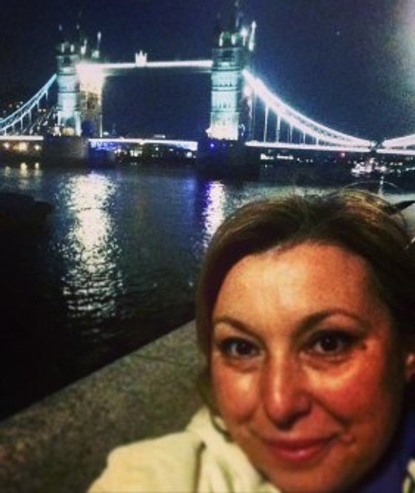 woman-in-front-of-London-Bridge-at-night