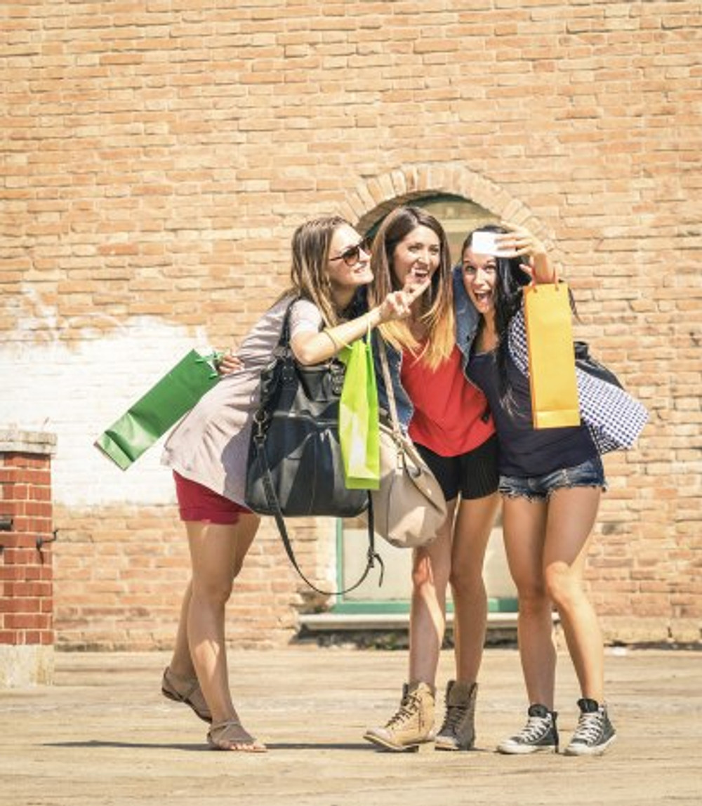 American-Girls-Taking-Selfie-in-Italy