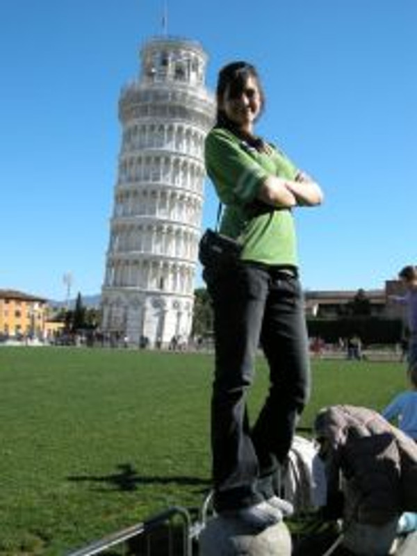 girl-at-leaning-tower-of-pisa-italy