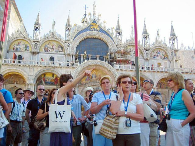 Tourist-Group-in-venice