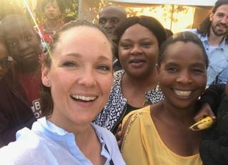 Carolin Kebekus mit ONE in Sambia