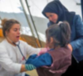 MSF medical Team behandelt ein Kind auf Lesbos; © Jodi Hilton
