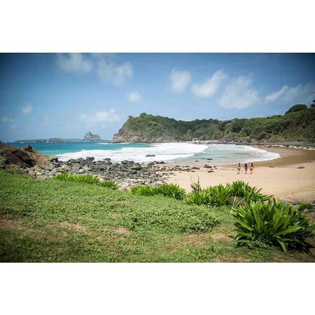 Instagram - Trabalhando no paraíso! #annaveronicafr #noronha #praiadomeio #noron