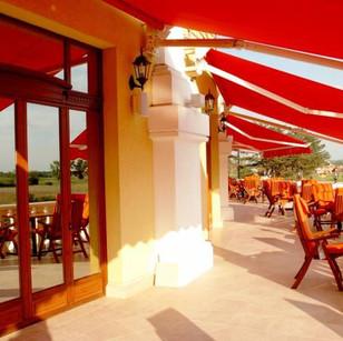 A magasföldszinten elhelyezett székeken ülve, s a panorámában gyönyörködve, egy igazán egyedi kellemes érzéssel fogyaszthatja el mindenki a délutáni teáját, kávéját.