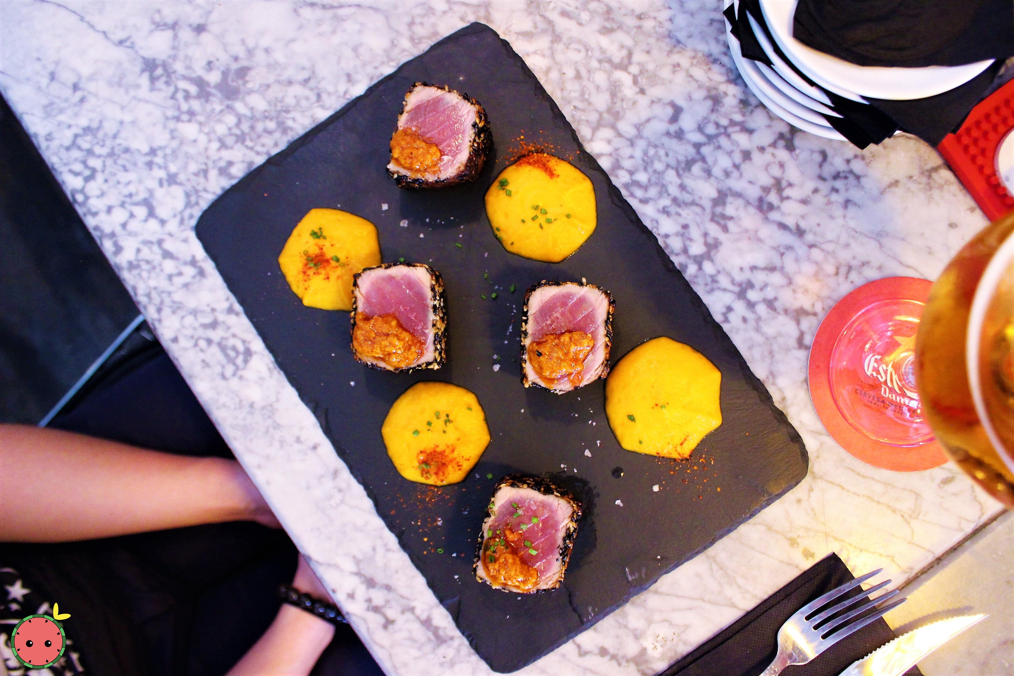 Tuna_dices_breaded_in_sesame_with_sweet_potato_purée_and_honey_(2)