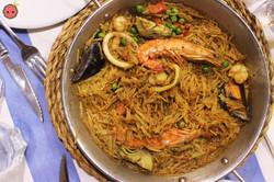 Traditional_Fideuà__-_Prawns,_Squid_Rings,_Mussels,_Artichokes,_Red_Peppers,_&_Peas_with_Garlic_Mayo
